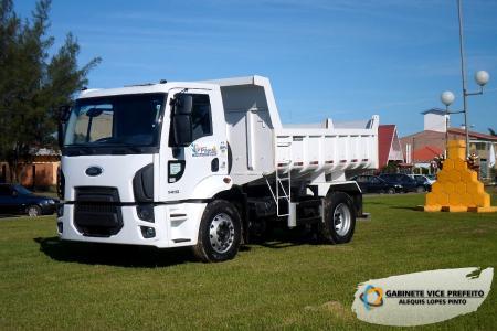 Prefeitura recebe caminhão caçamba